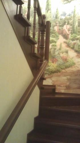 Лестница на каркасе с пристенным поручнем